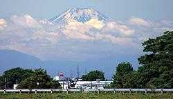 江戸川スーパー堤防上から望む初夏の富士の写真